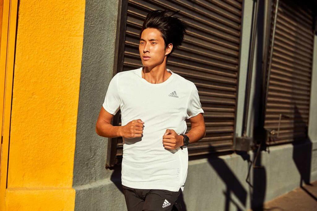 Hombre corriendo bajo el sol