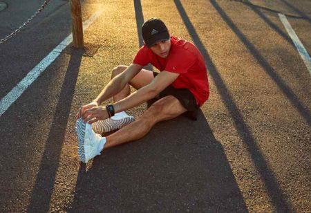 Homem alongando as pernas na rua