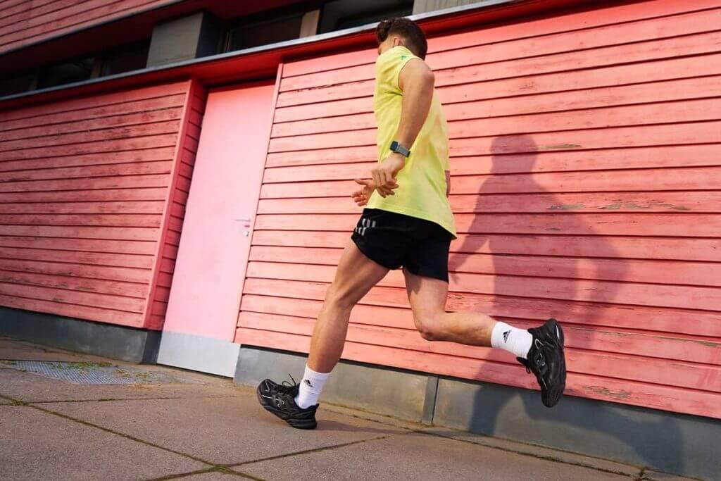 Hombre corriendo una maratón