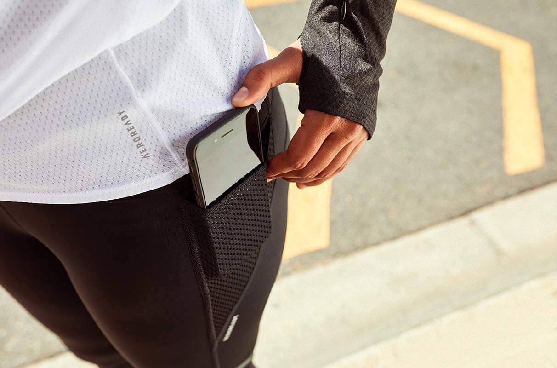Mujer registrando una carrera con el móvil
