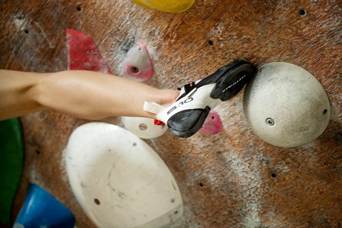 Primo piano di una gamba nell'arrampicata su parete