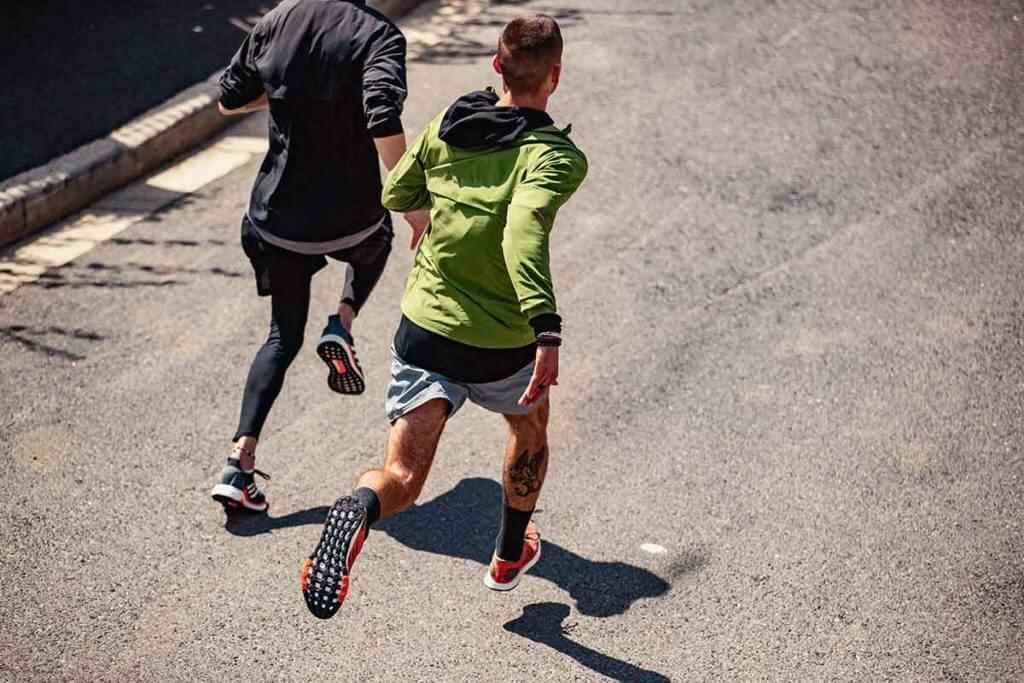 zwei männer beim laufen