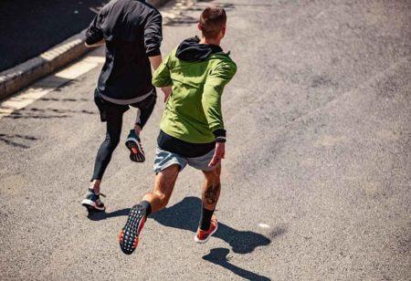 Deux hommes courent ensemble