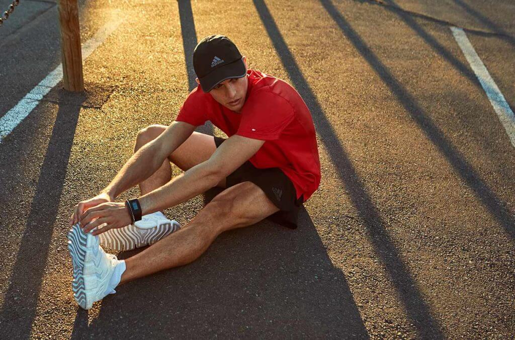 Un hombre haciendo estiramientos de running