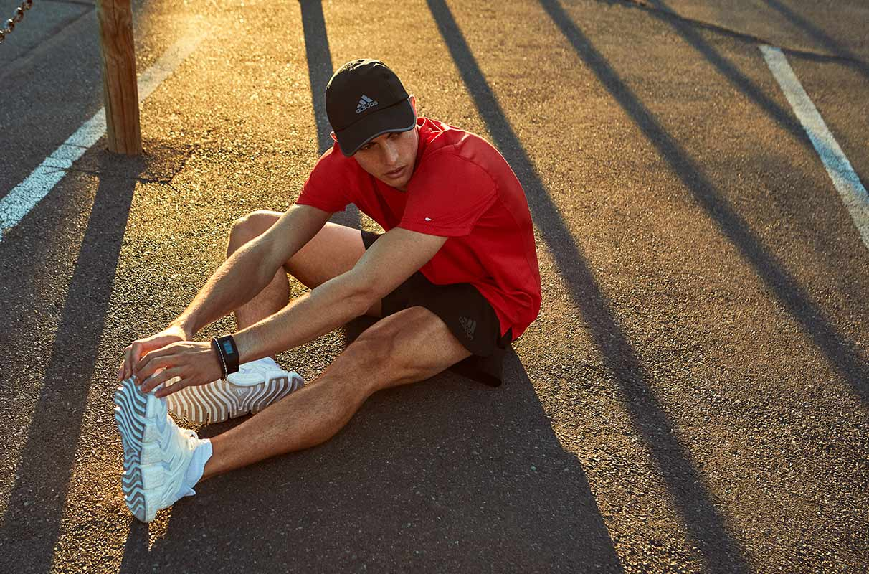 Un athlète a une crampe à la jambe