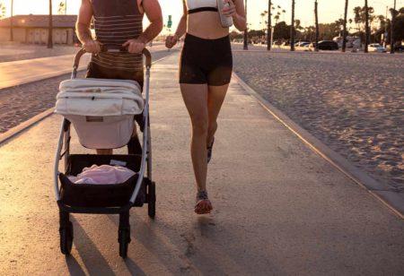 Un couple qui court avec une poussette