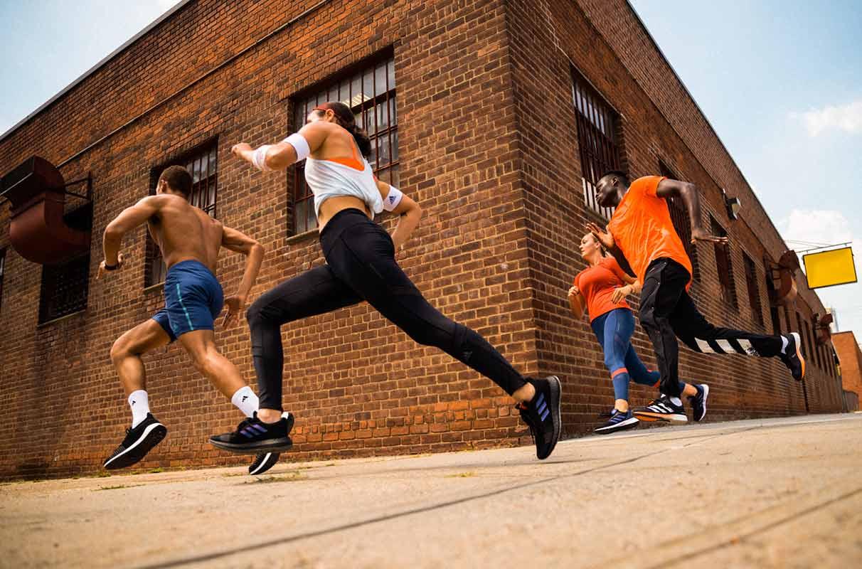 Runners qui s'entraînent pour une course écolo