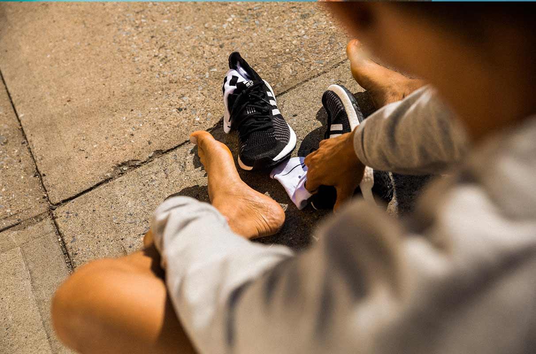 Un runner retire ses chaussures de running