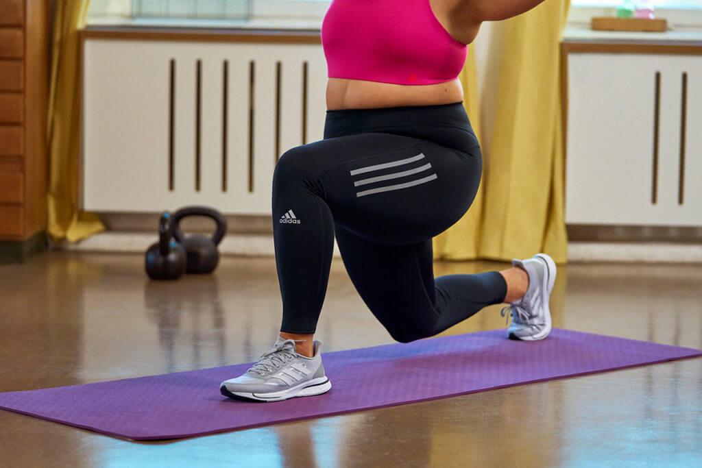 Mulher praticando afundos para trabalhar os flexores do quadril