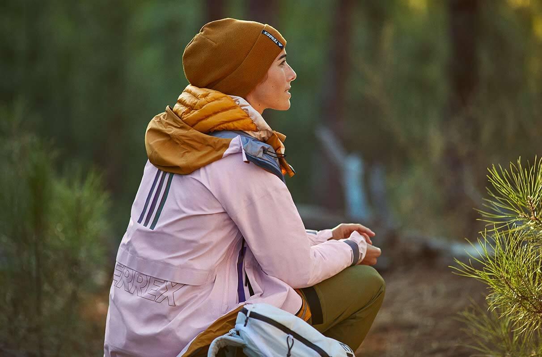 Mulher sentada descansando em uma trilha