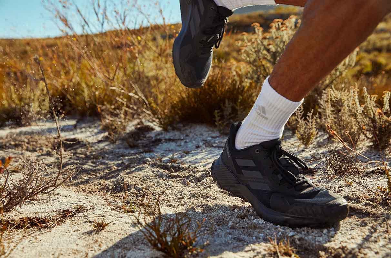 close no tornozelo de uma pessoa correndo em uma trilha