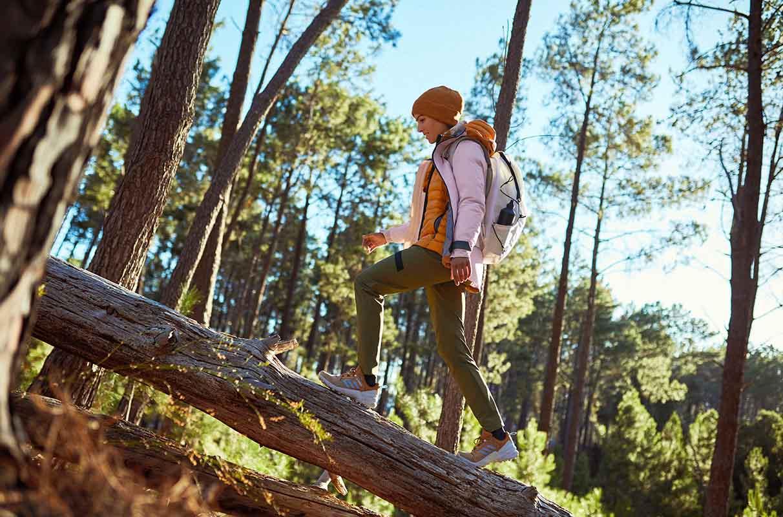 mujer haciendo trail running con calzado adidas Terrex