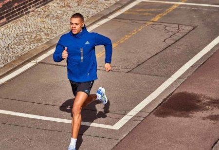 un uomo corre all'aperto