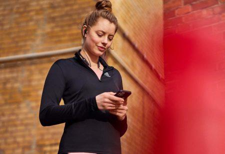 Una donna controlla la programmazione degli allenamenti sullo smartphone